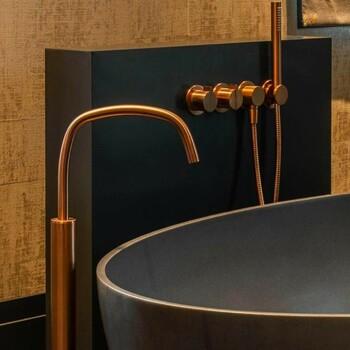 Une robinetterie cuivrée pour une salle de bains chaleureuse ✨  Bains & Déco vous accueille dans ses showrooms parisiens dans le respect des gestes barrières !  N'hésitez pas à prendre rendez-vous sur notre site bainsetdeco.fr (Lien dans la bio) ✨  Salle de bains by Cocoon ✨  #bainsetdeco #bathroom #design #luxurylifestyle #luxuryhomes #collection #exlusivity #showrooms #Paris #cocoon #love #beautiful #luxury #deco #decorationdinterieur #interieur