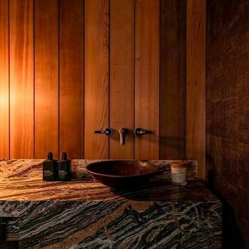 Misez sur un mélange de matériaux pour une salle de bains qui vous ressemble ✨  Bains & Déco vous accueille dans ses showrooms parisiens dans le respect des gestes barrières !  N'hésitez pas à prendre rendez-vous sur notre site bainsetdeco.fr (Lien dans la bio) ✨  Salle de bains by Samuel Heath ✨  #bainsetdeco #bathroom #design #luxurylifestyle #luxuryhomes #collection #exlusivity #showrooms #Paris #samuelheath #love #beautiful #luxury #deco #decorationdinterieur #interieur