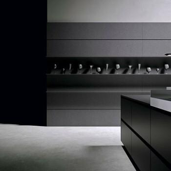 Astuce déco 💎  Pour réveiller une cuisine full black, pensez à jouer sur les textures des murs et des sols afin de donner du relief à l'espace.  Cuisine by Arrital ✨  Nous vous recevons dans nos showrooms parisiens dans le respect des gestes barrières ! N'hésitez pas à prendre rendez-vous sur notre site bainsetdeco.fr (Lien dans la bio) ✨  #bainsetdeco #bathroom #design #luxurylifestyle #luxuryhomes #collection #exlusivity #showrooms #arrital #picoftheday #photooftheday #paris #love #beautiful #luxury #deco #decorationdinterieur #interieur #instacool #instagood #instadaily #chrome #wood